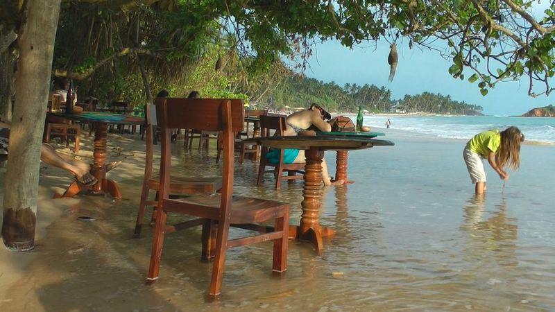 schmaler Strand in Mirissa Beach