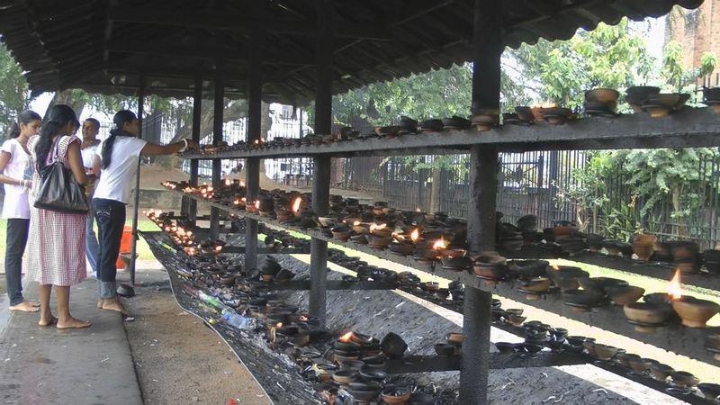 Opferkerzen am Zahntempel in Kandy